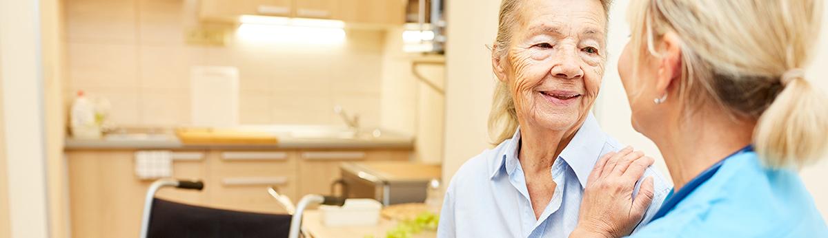 Eine Frau die in einer Pflegewohnung lebt